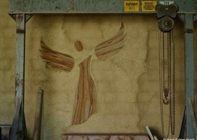 SCHUTZENGEL – Sandstein gelborange gebändert, Wandrelief im Arbeitsatelier
