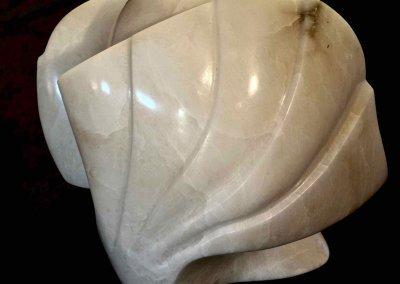 Weiße Steinskulptur von Uta Schade