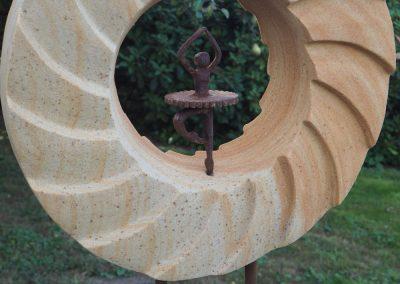 SONNENTANZ – Sandstein gelb & Stahlfigur Tänzerin, Stahlfuß